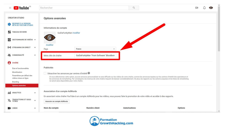 """Dans le creator studio de YouTube, cliquez sur l'onglet """"chaîne"""", puis sur """"options avancées"""". Insérez alors tous les mots-clés de votre chaîne."""
